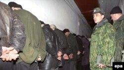 Нохчийчоь -- Пенаца лаьттачу нохчийн тутмакхашна набахтехь таллам беш бу оьрсийн салтий. Чернокозово, 28Чиллан-бутт2000.