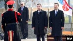 Српскиот премиер Ивица Дачиќ во посета на Македонија. Дачиќ пречекан од македонскиот премиер Никола Груевски во Скопје на 28 јануари 2013 година.