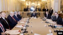 Президент Франции Франсуа Олланд обсуждает ситуацию вокруг Нагорного Карабаха с президентами Азербайджана и Армении – Ильхамом Алиевым и Сержем Саргсяном (Париж, 27 октября 2014 года)