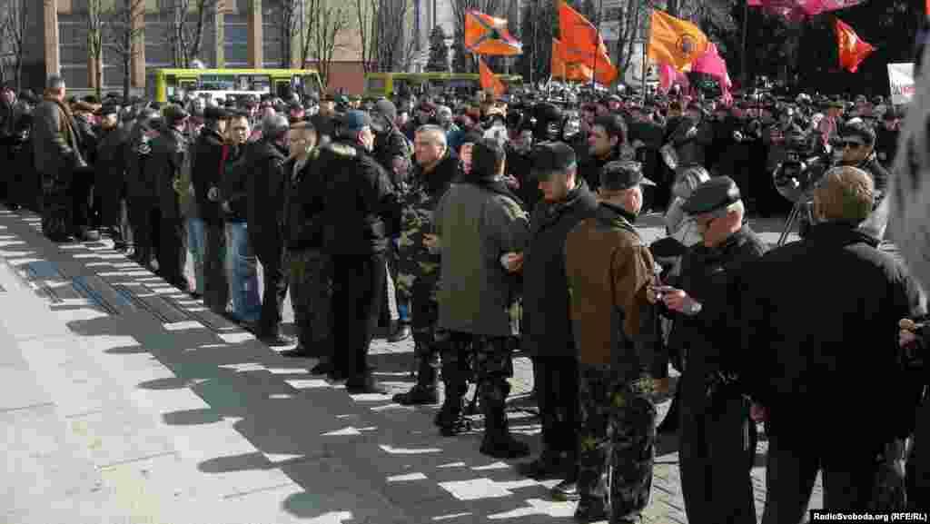 Воїни-інтернаціоналісти оточили вхід біля міськвиконкому, утворивши «живий ланцюг»