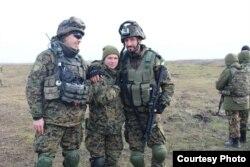 Лекар-валянтэр Аксана Раманіў з салдатамі ўкраніскага войска