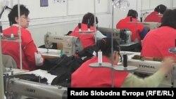 Платите во Македонија се меѓу најниските во текстилната индистрија. Илустрација: работнички во текстилна фабрика во Тетово