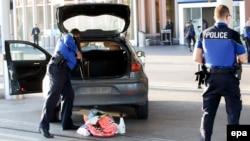 Швейцарская полиция проверяет автомобиль; иллюстративное фото