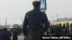 Спецназ полиции, введенный в село Жанбай после столкновений жителей с силовиками. 3 апреля 2017 года.