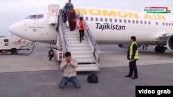 На кадре государственного телевидения Таджикистана молодой человек, вернувшийся из Ирака на родину после его помилования властями.