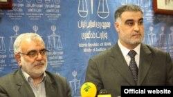 حسن حلبوص حمزه الشمری، وزیر دادگستری عراق (راست)، در دیدار با مرتضی بختیاری همتای ایرانی خود در تهران.