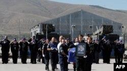 Pjesëtarët e policisë së EULEX-it duke e bartur kufomën e doganierit Audrius Senavicius që ishte vrarë më 19 shtator 2013