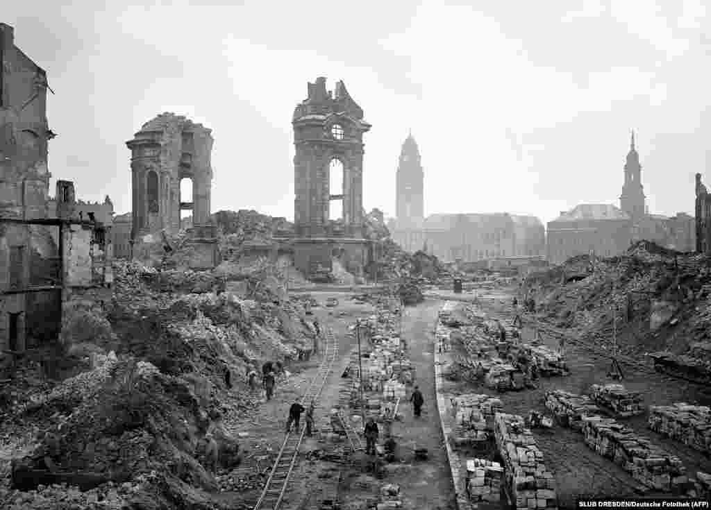 Людзі разьбіраюць руіны ў 1952 годзе.