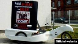 اتحاد برای ايران» پلاکاردهايی را روی دوچرخه ها نصب کرده که روی آنها تصاوير هفت بهايی زندانی ديده می شد.