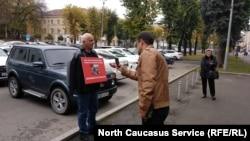 Аслан Иритов проводит пикет с требованием наказать избивавших его силовиков