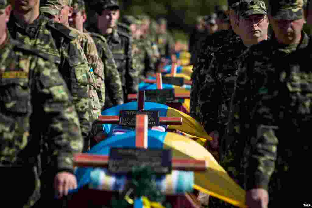 Servicemen attend a mass funeral ceremony to bury unidentified members of pro-Ukrainian military forces who were killed, while taking part in the conflict in eastern regions, in the settlement of Kushuhum near Zaporizhzhya on October 1. (TASS/Konstantin Sazonchik)