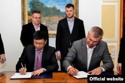 Підписання меморандуму із китайцями. Фото: Міністерство інфраструктури, 31 жовтня 2019 року