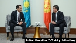 Kyrgyz Republic Sooronbai Jeenbekov (right) and Kazakh Prime Minister Bakhytzhan Sagintaev in Astana on December 26.
