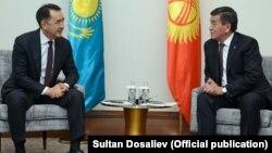 Қазақстан премьер-министрі Бақытжан Сағынтаев Қырғызстан президенті Сооронбай Жээнбековпен кездесіп отыр. Астана, 26 желтоқсан 2017 жыл.