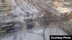 Протестующие перекрыли движение транспорта по улице Орынбор в Астане, 17 февраля 2016 года