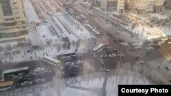 Протестующие перекрывают улицу в Астане. 17 февраля 2016 года.