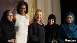 امریکا واشنګټن ا: د امریکا د بهرنیو چارو وزیره هیلري کلنټن ، د امریکا لومړۍ مېرمن میشیل اوباما ،د جهاني باتورو ښځو جایزه ګټونکو مریم درانۍ ، شاد بیګم او یوې بلې ښڅې سره د جایزې ورکولو وروسته ګډ تصویر کې ولاړې دي.