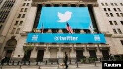 Логотип компании Twitter на здании Нью-Йоркской фондовой биржи.
