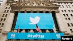 """Логотип """"Твиттер"""" на здании Нью-Йоркской фондовой биржи"""