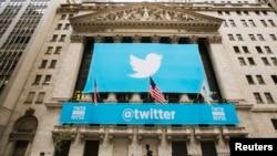 Логотип Twitter на фасаде здания Нью-Йоркской фондовой биржи (архивное фото)
