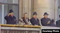 Un tren tematic de la metroul din Moscova îi înfățișează pe soții Ceaușescu în costume de baie