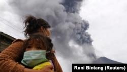 Извержение вулкана на Суматре (Индонезия) год назад