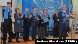"""Мақсұт Нәрікбаев """"Әділет"""" партиясының төтенше съезінде сөйлеп тұр. Астана, 3 желтоқсан 2011 жыл"""