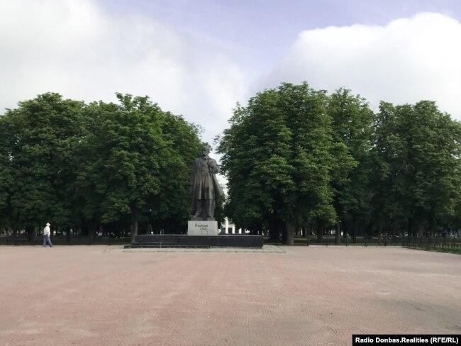 Пам'ятник Тарасові Шевченку в центрі Луганська