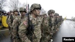 Американские военные участвуют в параде в День независимости Латвии, 18 ноября 2015