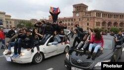 Молодые сторонники оппозиции на площади республики в Ереване. 20 апреля 2018 года.