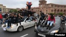 Молодые сторонники оппозиции на площади республики в Ереване, 20 апреля 2018 года.
