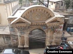 ورودی کلیسا در حومه Armanitol در داکا ، که به عنوان بخشی خطرناک از شهرت شهرت دارد.