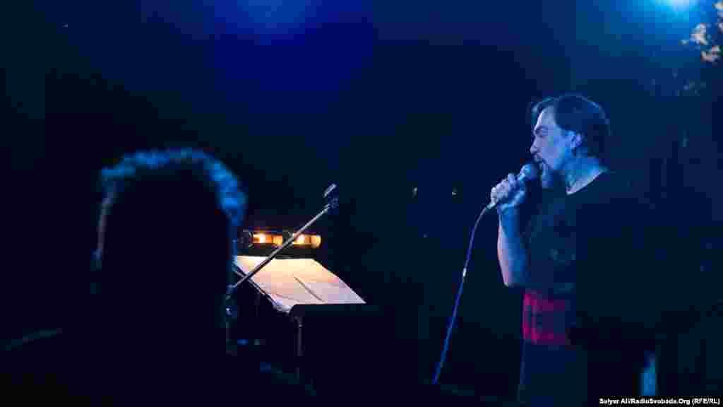 Український письменник Юрій Андрухович та польський рок-гурт Karbido під час виступу в київському арт-холі D12