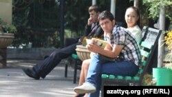 Студенты на прилегающей к вузу территории. Алматы, 17 сентября 2013 года.