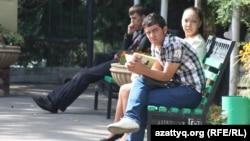 Алматылық студенттер (Көрнекі сурет).
