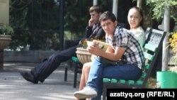 Студенты на территории университетского городка.