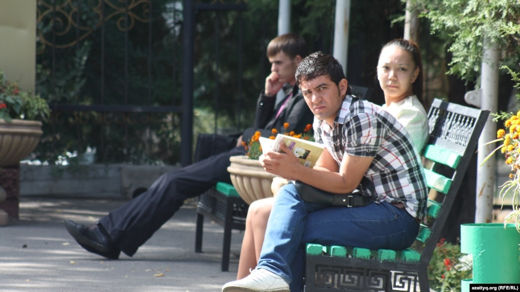 Жалобы студентов преподаватели вынуждают покупать у них дипломные Студенты на территории университета в Алматы