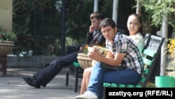 Студенты рядом со зданием вуза. Алматы, сентябрь 2013 года. Иллюстративное фото.