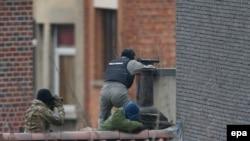 Pamje e pjesëtarëve të policisë speciale të Belgjikës gjatë një operacioni më 15 mars në Bruksel në ndjekje të Salah Abdeslamit