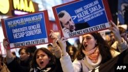 """Түркия """"Халықбанкі"""" бөлімшесі алдында наразылық акциясында тұрған студенттер. Стамбул, 19 желтоқсан 2013 жыл."""