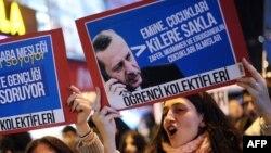 تظاهرات دانشجویان معترض به فساد مالی در ترکیه دربرابر یکی از شعبههای هالکبانک.