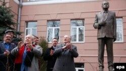 Владимир Жириновский (оң жақ шетте) өзіне қойылған ескерткіштің ашылу салтанатында тұр. Мәскеу, 11 сәуір 2016 жыл.