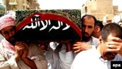 در سطح شهر طوز خرماتو مردم در حال به خاکسپاری قربانيان روز شنبه هستند.