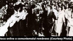 Nicolae Ceauşescu împreună cu Fidel Castro-Ruz în mijlocul studenţilor şi cadrelor universitare de la Institutul Politehnic din Bucureşti. (27 mai 1972). Fototeca online a comunismului românesc; cota:6/1972