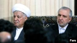 عبدالله جاسبی (راست) رییس دانشگاه آزاد و اکبر هاشمی رفسنجانی، رییس هیئت امنای این دانشگاه در یکسال گذشته به دلیل وقف دانشگاه آزاد مورد انتقاد شدید هواداران محمود احمدی نژاد قرار گرفته بودند.