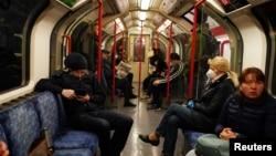 Коронавирус пандемиясы кезінде Лондон метросында көлікте отырған адамдар. Ұлыбритания, 13 мамыр 2020 жыл.