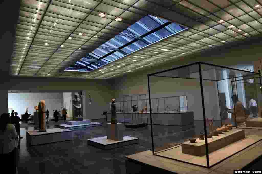 این موزه که پروژه ساخت آن در ده سال گذشته در جریان بوده حاوی ۶۰۰ اثر هنری دایمی و۳۰۰ اثر قرضیاست