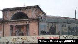 Разваливающееся здание Конюшенного ведомства. Петербург