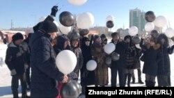 Астанада өрттен мерт болған бес баланы еске алу шарасына қатысушылар. Ақтөбе, 5 ақпан 2019 жыл.