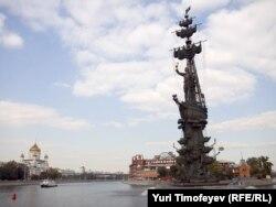 Помнік імпэратару Пятру I на насыпной высьпе ў цэнтры Масквы